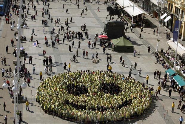 Cerca de 800 Pessoas Formam O Maior Sorriso do Mundo