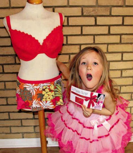 Menina De Seis Anos, Ganha Da Mãe Vale-Cirurgia Para Colocar Silicone