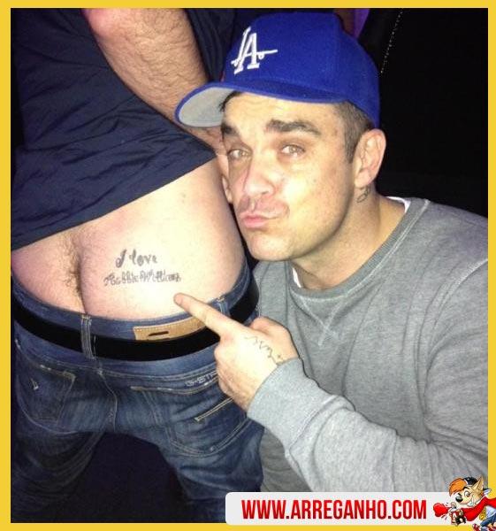 Fã Homenageia Cantor Robbie Williams com Tatuagem no Bumbum