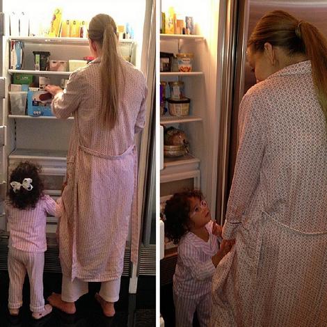 Mariah Carey e a filha assaltam a geladeira de madrugada