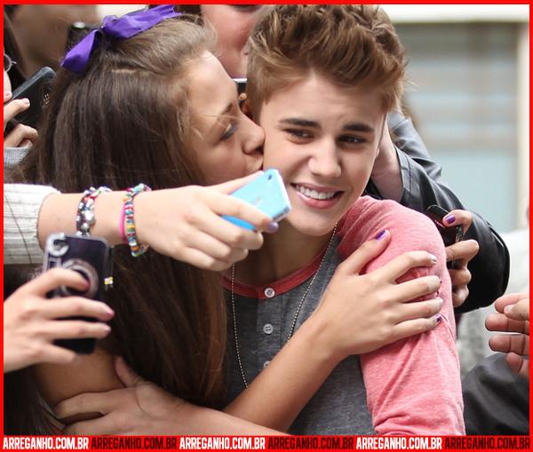 10 Fotos que Provam que Justin Bieber Ama (ou Não) suas Fãs - 05