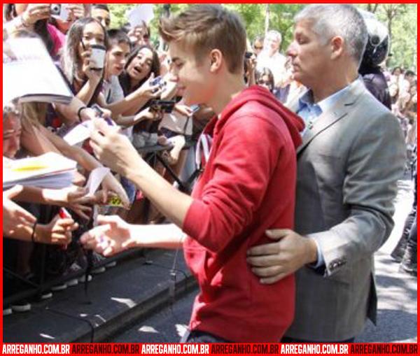 10 Fotos que Provam que Justin Bieber Ama (ou Não) suas Fãs - 11