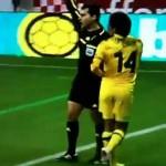 Jogador de Futebol é Expulso Após Acertar Chuteira no Bandeirinha