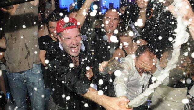 Homem Paga R$ 306 Mil Em Garrafa De Champanhe Só Para Jogar Nos Amigo