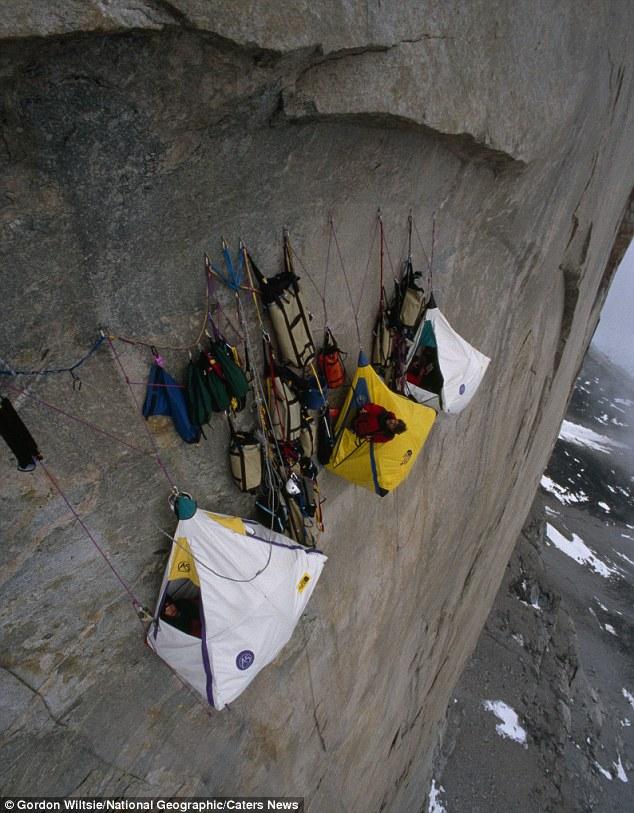 Fotógrafo Monta Exposição Que Mostra Alpinistas Acampados Em Paredes De Rocha