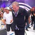 Calça de Silvio Santos Cai Durante seu Programa