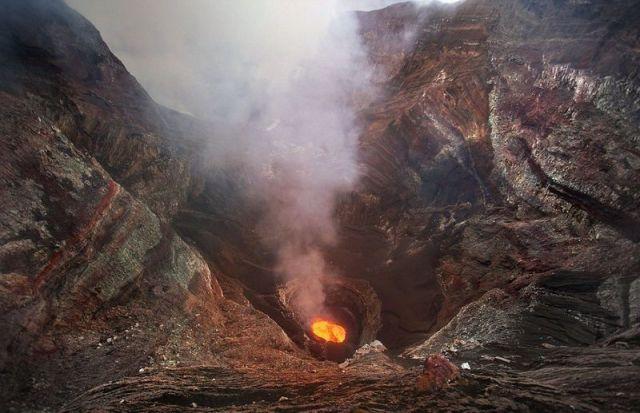 Encontro de Aventureiro Com Vulcão em Atividade