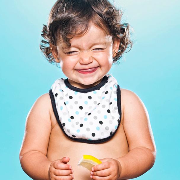 Bebês comendo limão pela primeira vez