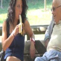 Pegadinha da Mulher Sensualizando com a Banana