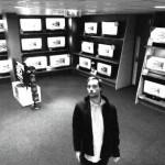 Rapaz Rouba TV de LCD em Plena Luz do Dia