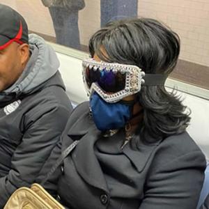 Esta página do Instagram está postando as máscaras do coronavírus mais ridículas vistas no metrô