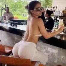 Um criador de galinhas vai ao bar local, senta-se ao lado de uma mulher e pede uma taça de champanhe